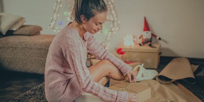 Con la navidad a solo unas semanas, las compras en tiendas departamentales estarán por los cielos. Además de los regalos, el costo de socializar y otras actividades de la temporada hace de la navidad una de las épocas más costosas del año.
