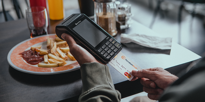 La publicidad, los medios de comunicación y las redes sociales se han convertido en nuestros consejeros de compras. Aunque nos sugieran una forma de vida, es importante considerar que el control financiero y el cuidar nuestro bolsillo es responsabilidad nuestra. Pensemos: ¿qué necesidades reales tenemos que solventar? ¿Cómo evitar comprar lo que no necesitamos?