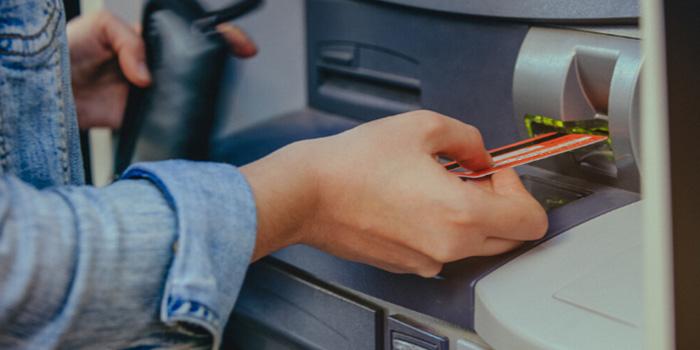 Trabajas duro por tu dinero, entonces es importante mantenerlo a salvo. Una forma inteligente de asegurar la seguridad de tu dinero es con tus tarjetas de crédito y bancarias y evitar el efectivo; pero si al igual que muchos, tenemos por tu dinero e identidad con los hackeos y fraudes famosos que ha ocurrido recientemente, a continuación te presentamos 6 sencillas formas de prevenir el fraude de tu tarjetas de crédito: