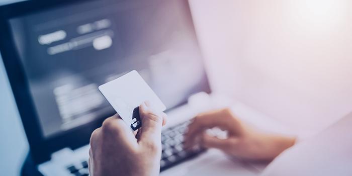 Las compras en línea se han vuelto cada vez más fáciles. De alguna manera, los consumidores se benefician de la facilidad y una mayor selección. Sin embargo, también puede ser fácil gastar de más en línea. Constantemente recibimos ofertas y promociones en nuestra bandeja de correo electrónico o cada que revisamos nuestras redes sociales. Así que si eres de los que se ve tentado y termina gastando de más o adquiriendo cosas que no necesita, en este artículo nuestros expertos te presentan 4 grandiosos consejo