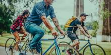 Ir en bicicleta al trabajo está creciendo en popularidad. Una razón es que las personas son cada vez más conscientes de su impacto en el medio ambiente. Los funcionarios en pueblos y ciudades están ayudando a esta tendencia al proporcionar lugares más amigables para las bicicletas e incluso bicicletas rentables. Con el sol brillando y el clima cálido, este es un buen momento para considerar saltar en bicicleta.